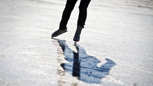 Sieht schön aus, ist aber sehr gefährlich. Schlittschuhlaufen auf vermeintlich ausreichend zugefrorenen Seen (Symbolbild).