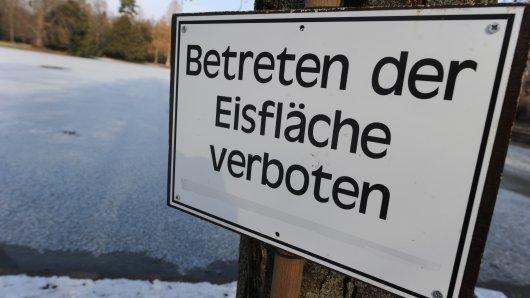 Unter anderem die Stadt Wolfsburg warnt ausdrücklich davor, Eisflächen zu betreten. Denn der Schein trügt! (Symbolbild)