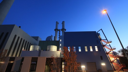 Blick auf die Gas- und Dampfturbinenanlage bei BS Energy am Abend. Bald soll es andere Energie-Lieferanten geben. (Archivbild)