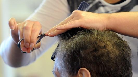 Einen Haarschnitt gibt es zwar nicht, dafür aber eine kräftige Kopfmassage (Symbolbild).