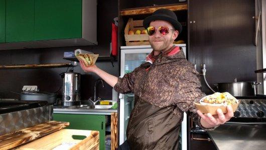 Falk von Kitchen Riot aus Dresden sagt: Wir sind ein bisschen verrückt und servieren nur vegane Kost. Es gibt Pulled BBQ Burger, Burritos und afrikanisches Spinatcurry.