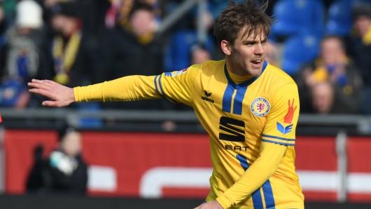Eintrachts Christoffer Nyman bejubelt einen seiner Treffer (Archivbild).