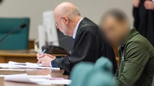 Der Angeklagte sitzt neben seinem Anwalt Mathias Noack vor Prozessbeginn im Landgericht. Er soll laut Anklage in Kassel versucht haben, zwei Zeugen mit einem Lastwagen zu überfahren. Außerdem wird dem Mann schwerer Bandendiebstahl in 14 Fällen vorgeworfen.