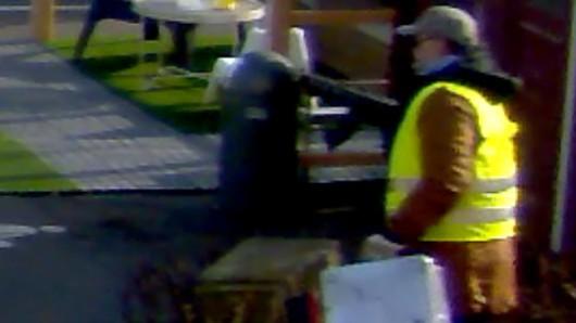 Ein am mittwoch freigegebenes Überwachungs-Video zeigt, wie der Räuber durch die Ikea-Möbel draußen flüchtet. In der rechten Hand hält der Mann eine Maschinenpistole.