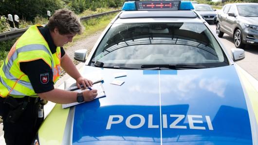 Eine Polizistin der Autobahnpolizei im Einsatz (Archivbild).