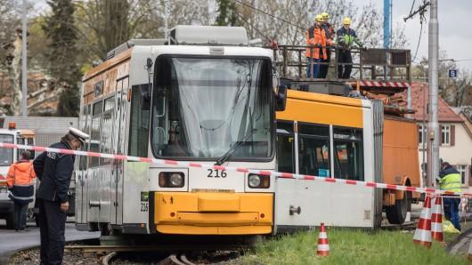 Eine entgleiste Straßenbahn steht im Stadtteil Bretzenheim im Gleisbett. Bei dem Unfall sind 29 Menschen verletzt worden, darunter rund zehn Schulkinder.