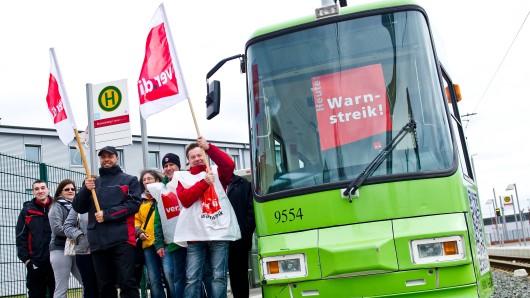 Mitarbeiter des öffentlichen Dienstes streiken neben einer Straßenbahn der Braunschweiger Verkehrs-GmbH (Archivbild).