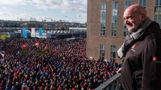 Der Betriebsratsvorsitzende und Aufsichtsratsmitglied bei Volkswagen, Bernd Osterloh steht vor VW-Mitarbeitern während eines Warnstreiks im VW-Werk in Wolfsburg (Archivbild).