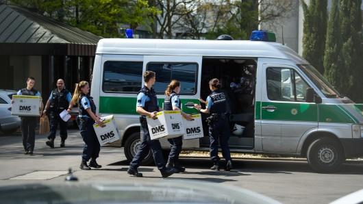 Im Diesel-Skandal durchsuchen Staatsanwälte und Beamte der Landeskriminalämter Baden-Württemberg und Bayern Standorte der VW-Tochter Porsche.