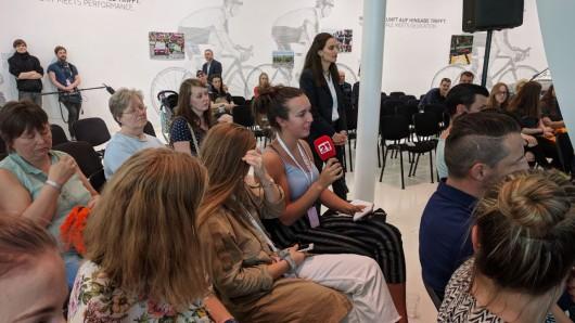Die Kinder und Jugendlichen konnten den Spielern der Nationalmannschaft und Trainer Marco Sturm vor dem Länderspiel gegen Frankreich Fragen stellen.