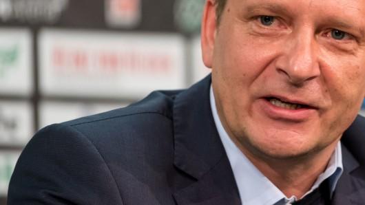 Hannovers Sportdirektor Horst Heldt wird mit dem VfL in Verbindung gebracht (Archivbild).