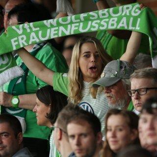 Fans der Wölfinnen in Aktion (Archivbild).