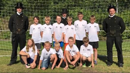 Die E-Jugend des Helmstedter SV nebst Sponsoren Mike Cohn & Söhne.