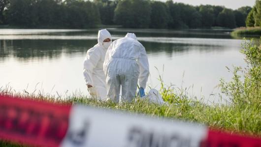 Kripobeamte sichern an einem See Spuren (Archivbild).