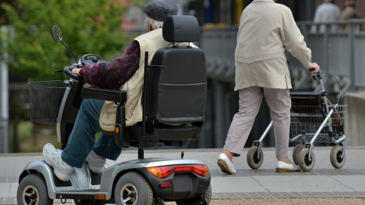 Der 77-Jährige wurde auf einem Parkplatz von zwei Männern überfallen (Symbolbild).
