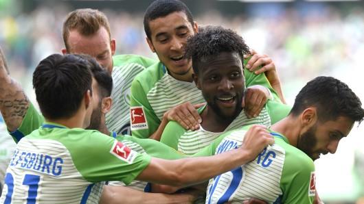 Wolfsburgs Divock Origi (2. von rechts ) feiert mit mit William (3.v.r) und Yunus Malli (r).