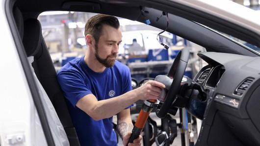 VW streicht ab März eine komplette Golf-Schicht in Wolfsburg. (Archivbild)
