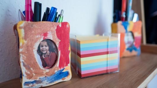 Die jüngere Tochter ist in einem Bilderrahmen zu sehen.