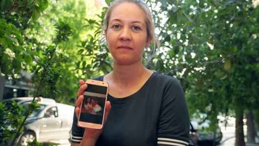 Die Mutter der zwei in Tunesien festgehaltenen Kinder, Katharina Schmidt, zeigt im September 2017 in Tunis die Fotos ihrer Kinder auf einem Handydisplay.