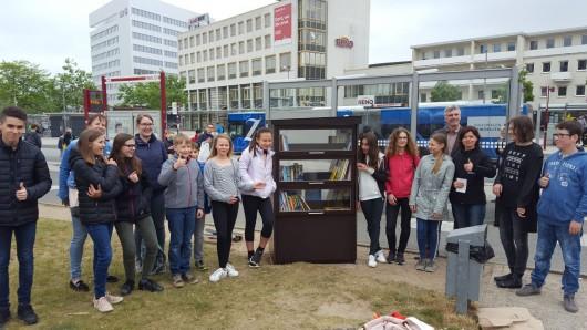 Der Kinderbeirat hat den neuen öffentlichen Kinderbücherschrank am Nordkopf aufgestellt und eingeweiht.