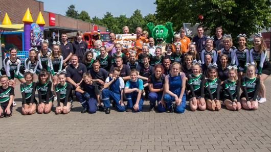 Die Freiwillige Feuerwehr Salzgitter-Bad, die Cheerleaders Black Mosquitos und Salty Duchess - und mitten im Gewusel: Dincer Dinc und Volker Machura.