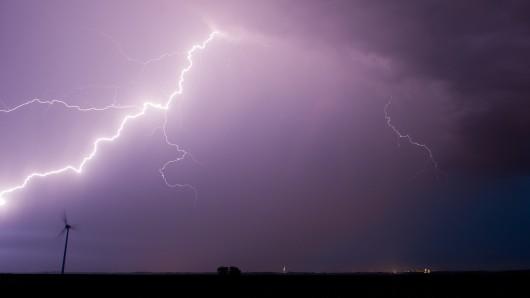 Ein Blitz hat bei Hidlesheim zu einem Unfall geführt (Archivbild).