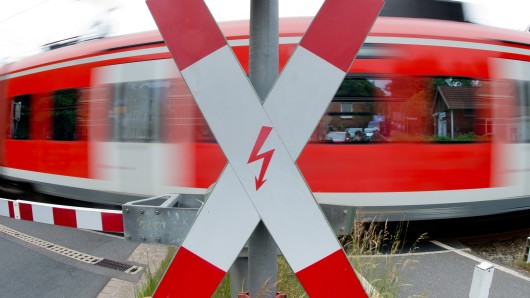 Die Zahl der Bahnübergänge in Niedersachsen sinkt. (Symbolbild)
