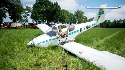 Ein notgelandetes Kleinflugzeug liegt nahe Hemmeisberg, einem Ortsteil von Hude, auf einem Feld.