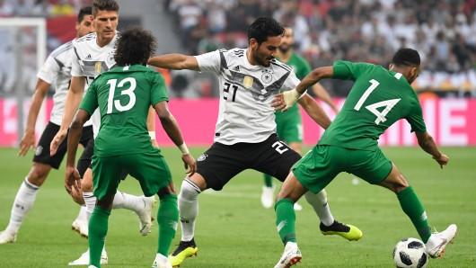 Deutschlands Ilkay Gündogan (Mitte) kämpft mit Saudi-Arabiens Yasir Al-Shahrani und Saudi-Arabiens Abdullah Otayf um den Ball.