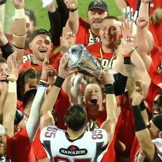 Da ist das Ding! Die Lions feiern ihren Pokalsieg.