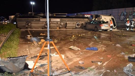 Ein Lkw hat auf der A7 bei Hildesheim Schweineplasma verloren.