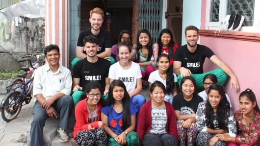 Das Team von United Smile bei seinem Einsatz in Nepal. Lächelnd, versteht sich. Sebastian Köppert sitzt oben links.