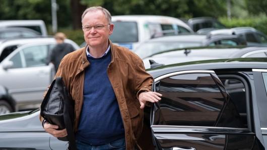 Stephan Weil (SPD), Ministerpräsident von Niedersachsen, kommt mit seinem Dienstwagen zu Haushaltsklausur.