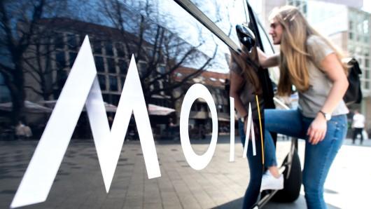 Eine junge Frau steigt in Hannover in einen Moia-T6 (Archivbild).