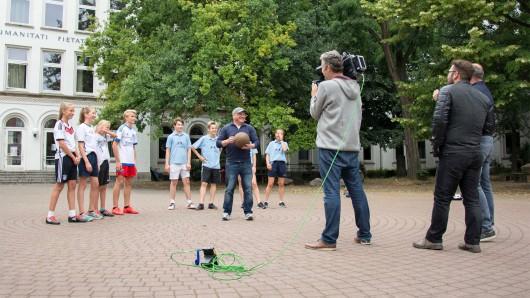 Schüler des Martino-Katharineum brachten den Ball in Erinnerung an Konrad Koch für RTL Nord ins Rollen.  (Foto: Braunschweig Stadtmarketing GmbH)