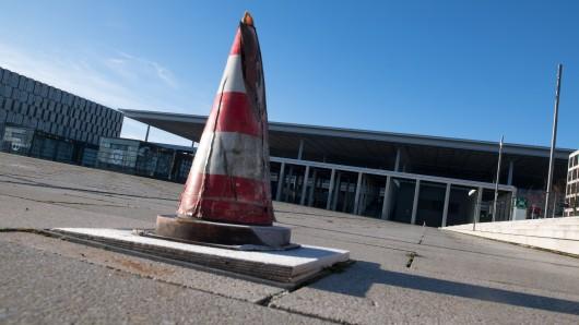 Ein Warnkegel steht vor dem Terminal des Hauptstadtflughafens BER, aufgenommen im Januar 2018  in Schönefeld.