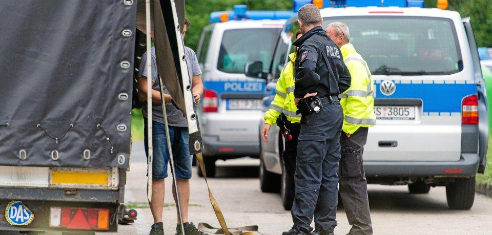 Auf dem Autohof Hildesheim fanden die Polizeibeamten den volltrunkenen Autofahrer schließlich - und zogen ihn aus dem Verkehr (Symbolbild).