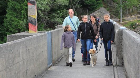 Eine Familie ist an der Eckertalsperre unterwegs (Archivbild).
