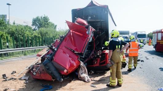 Feuerwehrkräfte befreien einen LKW-Fahrer aus einem völlig demolierten Fahrerhaus nach einem Unfall auf der Autobahn A2.