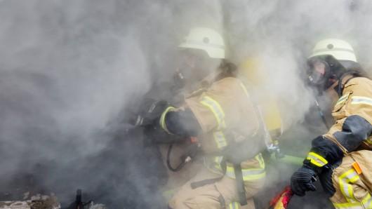 Bei einem Brand in Celle sind mehrere Bewohner eines Hauses vom Rauch eingeschlossen worden.