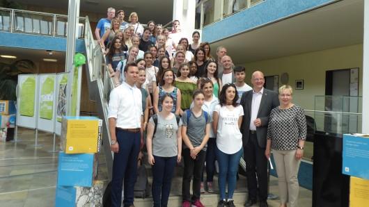 Stadträtin Iris Bothe und Bürgermeister Ingolf Viereck empfangen die Schüler im Rahmen des Ersamus+ Projekts der Heinrich-Nordhoff-Gesamtschule.