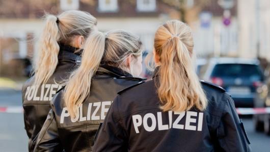 Drei Polizistinnen stehen an einem abgesperrten Tatort in Salzgitter (Archivbild).
