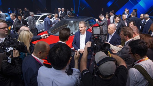 Mittendrin statt nur dabei: VW-Chef Herbert Diess bei der Peking Motorshow 2018.