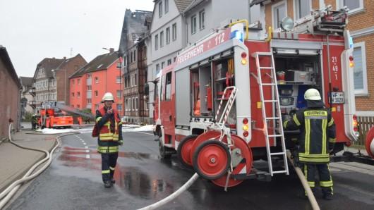 Die Feuerwehr war auch am Morgen danach noch mit Nachlöscharbeiten beschäftigt.