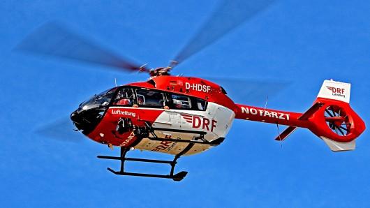Mit einem Rettungshubschrauber wurde ein schwerverletzter Bewohner in eine Spezialklinik geflogen (Symbolbild).