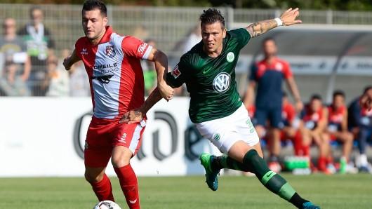 Lupos Niklas Eilbrecht und VfL-Spieler Daniel Ginczek wollen die Kugel.
