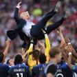 Frankreichs Trainer Didier Deschamps wird nach dem 4:2-Sieg von seinen Spielern gefeiert und in die Luft geworfen.
