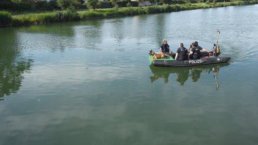In Hannover ist ein junger Mann beim Baden im Mittellandkanal verschwunden. Die Feuerwehr suchte am Mittwoch nach dem 21-Jährigen.