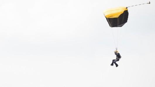 In Damme in Niedersachsen ist ein Fallschirmspringer abgestürzt und später gestorben.