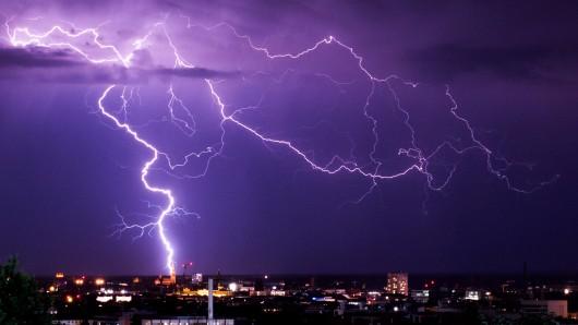 Eine Gewitterwelle rollt über Deutschland. Für den Osten Niedersachsen hat der Deutsche Wetterdienst eine amtliche Warnung herausgegeben. (Symbolbild)